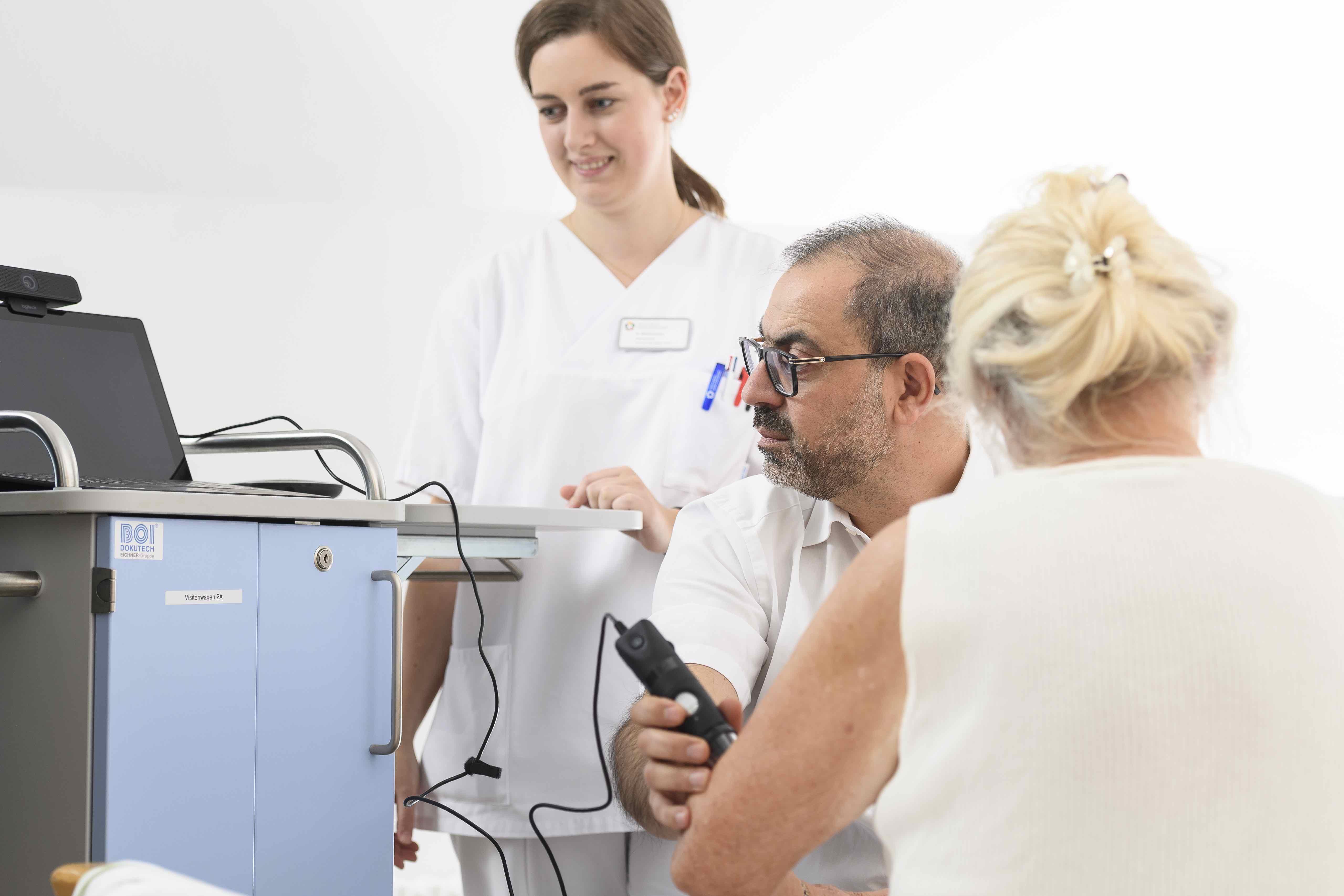 Von der neuen Technologie überzeugt: Hassan Soda, Leiter der Klinik für Neurologie und Neurologische Intensivmedizin/Stroke Unit am RHÖN-KLINIKUM Campus Bad Neustadt